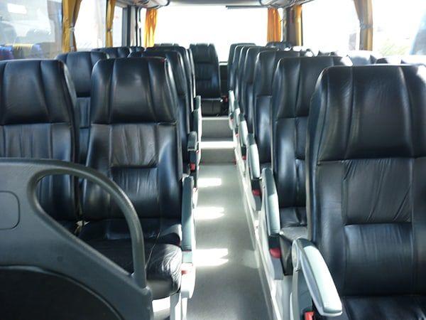 cómodos asientos e autobús