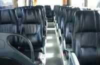 pasillo interior de un autobús vip