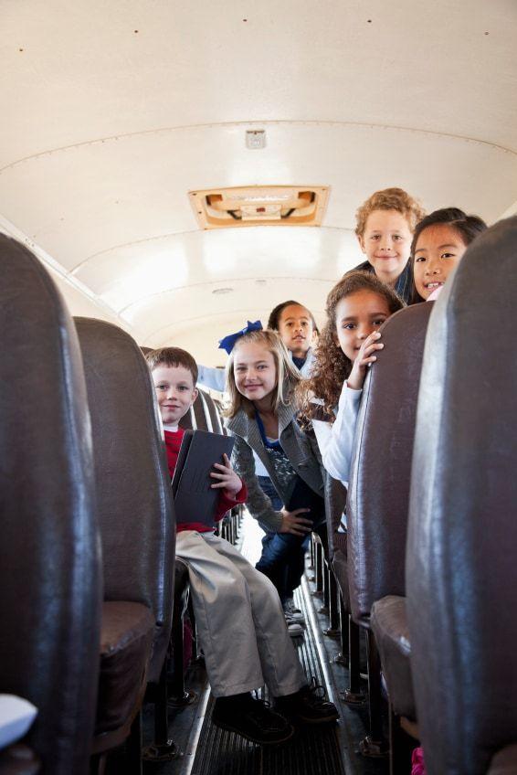 niños en el interior de un autobús