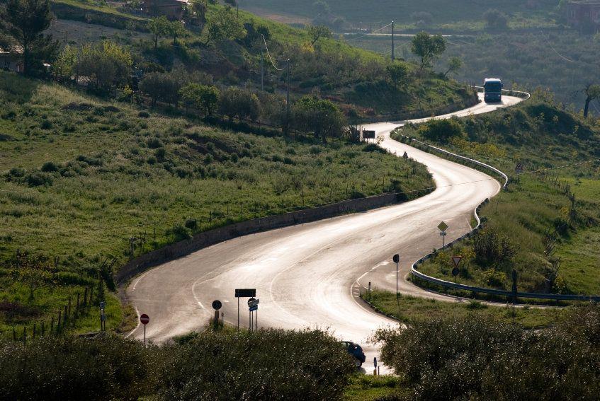 autobús rural por carreteras de curvas