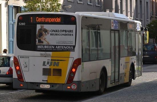autobús de espaldas