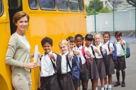 niños subiendo a un autobús