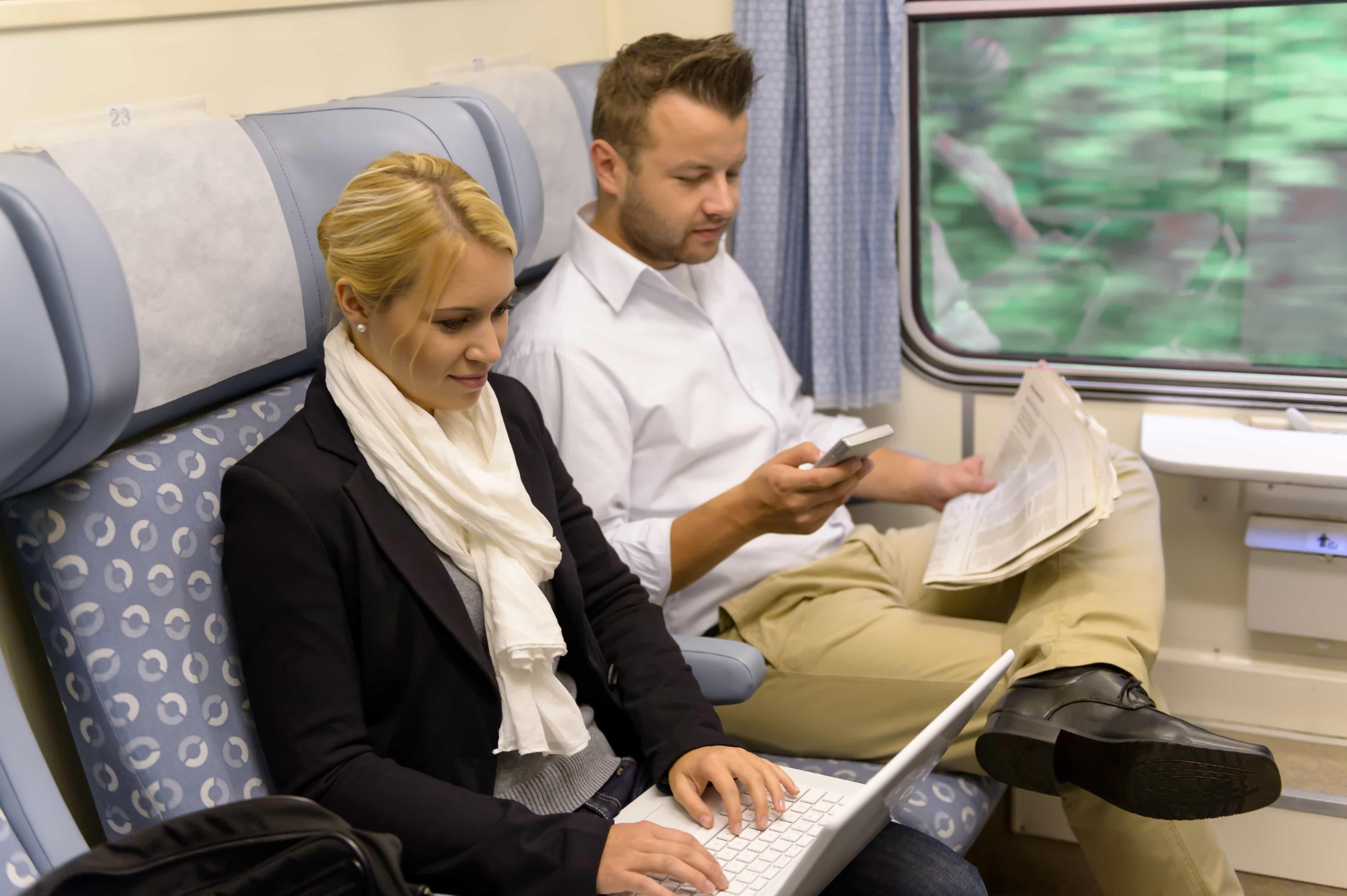 dos personas viajando en transporte público